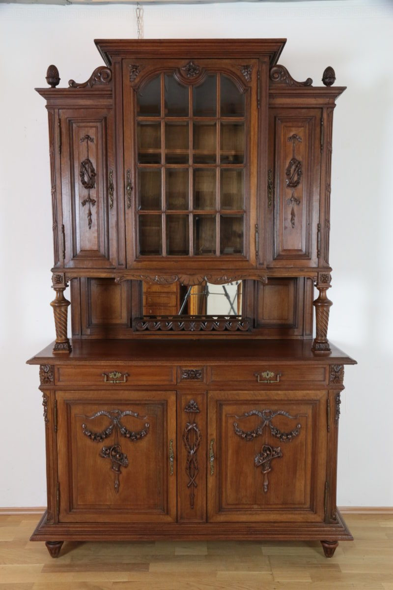 reich verziertes gr nderzeit buffet aus massivem nussbaumholz mit vitrinenaufsatz um 1860. Black Bedroom Furniture Sets. Home Design Ideas