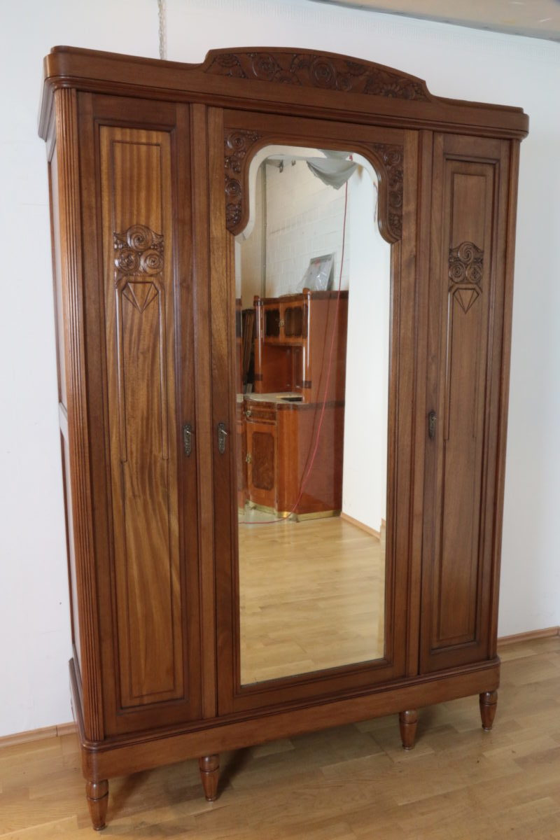 gro er jugendstil dielenschrank oder kleiderschrank mit facettiertem spiegel aus massivem. Black Bedroom Furniture Sets. Home Design Ideas