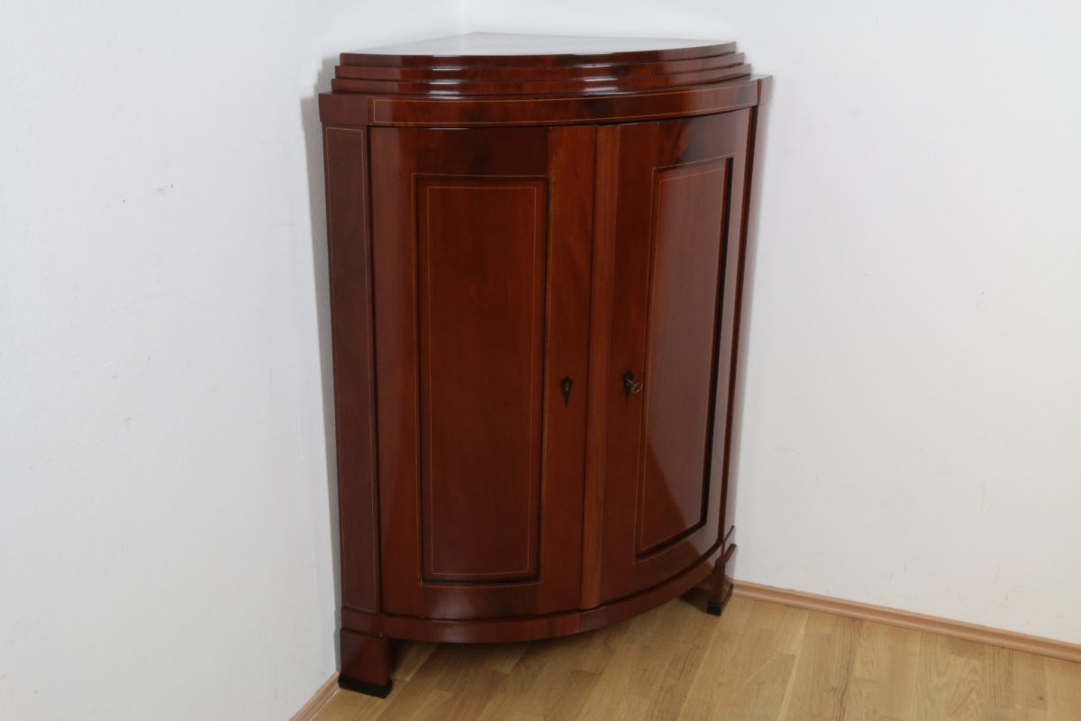 biedermeier eckschrank mahagoni und pyramidenmahagoni furniert auf nadelholz mit bandintarsien. Black Bedroom Furniture Sets. Home Design Ideas
